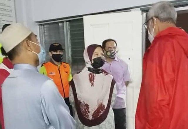 Khalid Samad turun padang lawat mangsa banjir
